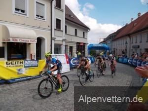 Beim Dachauer Bergkriterium rasen die Fahrer mit über 40 km/h über das Pflaster