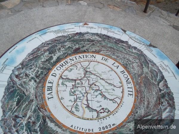 Am Aussichtspunkt der Cime de la Bonette infomiert eine Steintafel über die Aussicht