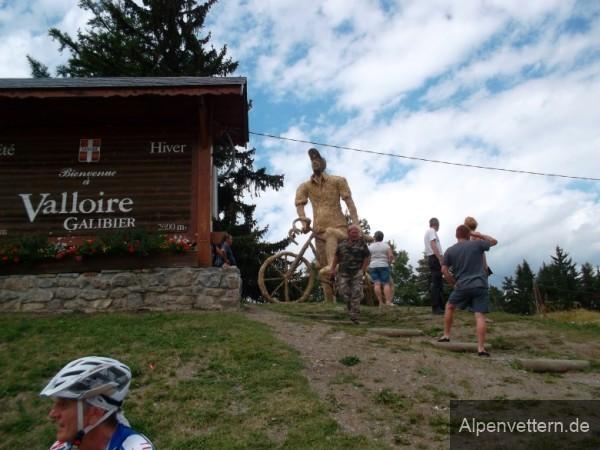 Eine Figur aus Stroh begrüßt uns am Col de Télégraphe