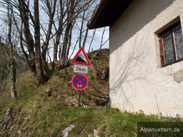 Am Gipfel verrät das Schild, warum es so schwer bergauf ging