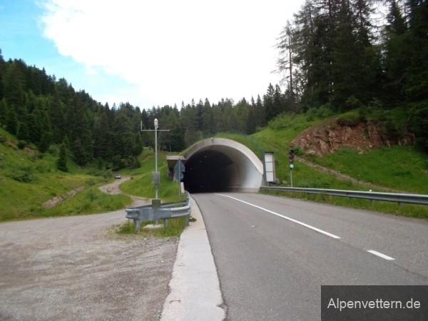 An der Passhöhe stehen wir vor einem gut 2 Kilometer langen Tunnel.