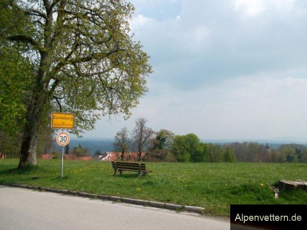 Am Schlossberg Eurasburg können wir eine schöne Aussischt auf das Loisachtal genießen