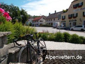 Der Erlinger Dorfplatz ist ideal für eine kurze Brotzeit in der Sonne