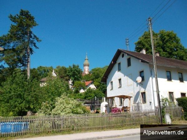Vom Besucherparkplatz kann man die Klosterkirche Andechs schon gut sehen