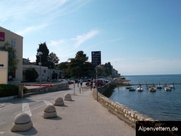 Direkt an der Küste geht es einmal um die kleine Stadt Poreč.