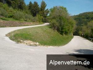 Bei den zahlreichen Serpentinen kommt Alpen-Feeling auf