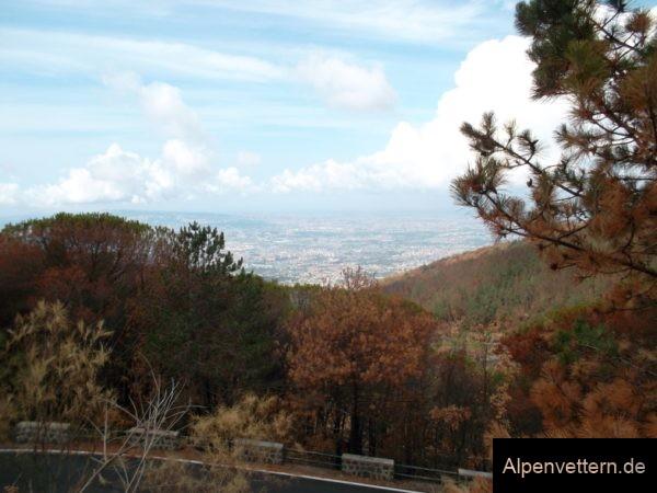 Ständig im Blick: Die Aussicht auf die Millionenmetropole Neapel begleitet uns auf dem Weg zum Vesuv-Gipfel und in der Abfahrt