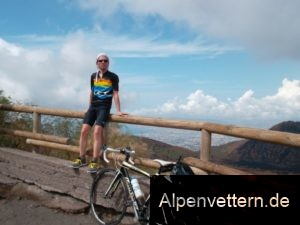 Am höchsten Punkt der Vesuv-Straße: Und im HIntergrund die Aussicht auf Neapel