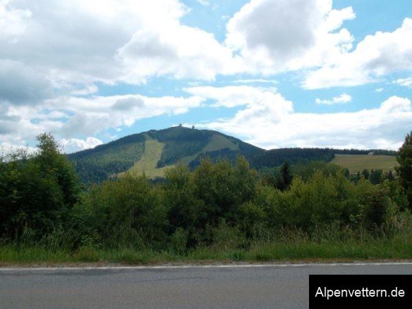 Markant: die zwei Radarkuppeln auf dem Arbergipfel sind auch vom Brennes aus gut zu sehen