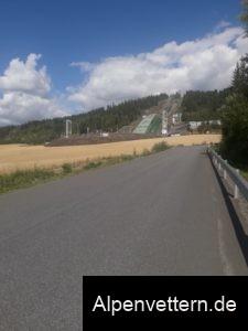 Olympischer Geist: Die Skisprungnanlage dominiert den Anstieg in Lillehammer.