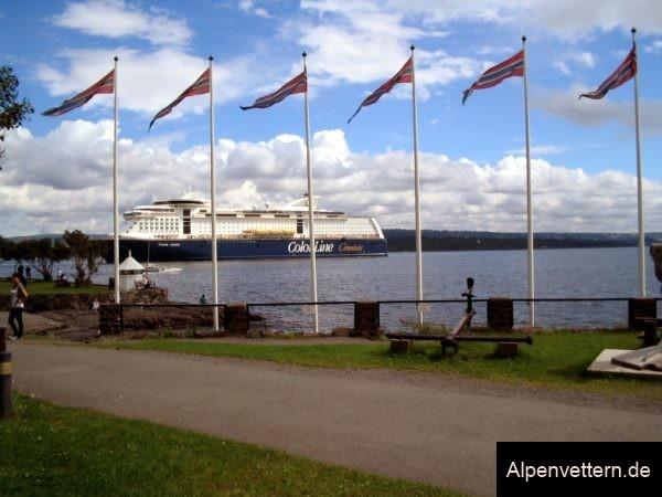 Die norwegischen Nationalfarben wehen uns an allen Ecken an