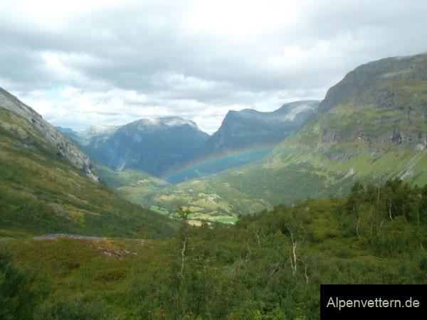 Überraschung: Regenwetter hat auch seine positiven Seiten wie einen Regenbogen mit Fjordsicht am Dalsnibba