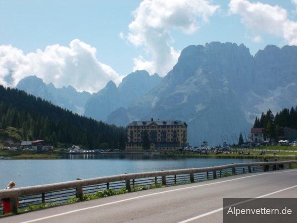 Das Hotel am Südufer des Lago di Misurina bietet ein allseits bekannets Fotomotiv