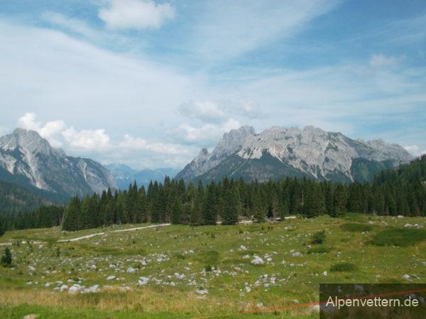 Das Hochplateau rund um die Sella di Razzo beeindruckt mit einer noch unberührten Landschaft
